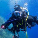 Un plongeur effectuant sa formation de plongée
