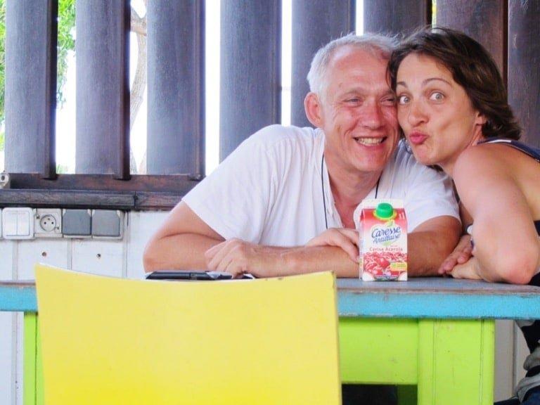 Hélène et Didier sourient en buvant un jus de fruit en Martinique