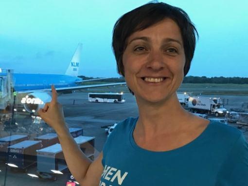 Hélène montre l'avion dans lequel elle va embarquer - Panama