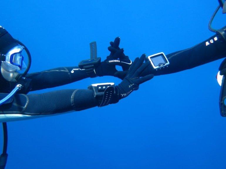 Une plongeuse veut prendre la main de son binôme