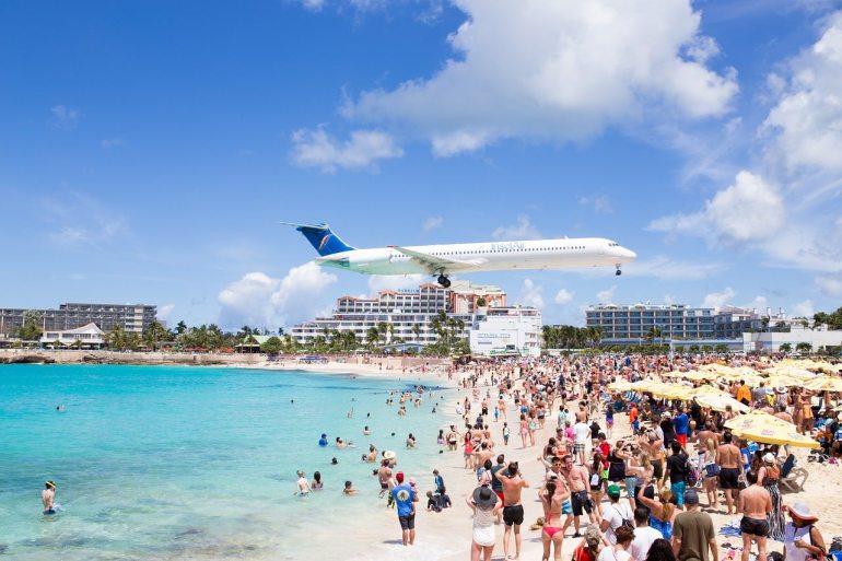 Un avion survole la plage de Saint-Martin