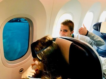 Deux enfants regardent à travers les hublots d'un avion