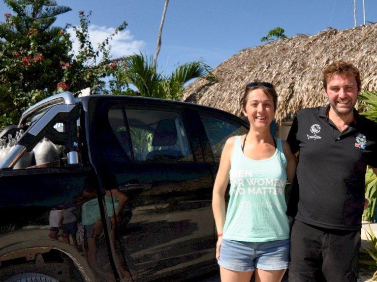 Deux personnes devant un pickup