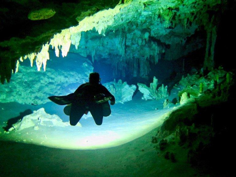Un plongeur évolue dans une canote au Mexique
