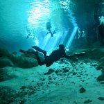 Un plongeur dans un cenote au Mexique