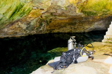 Du matériel de plongée est déposer à la mise à l'eau d'un cenote