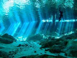 Vue des baigneurs à la sortie du cénote de Dos Ojos au Mexique