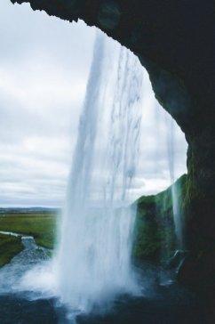 Vue de l'arrière de la cascade de Seljalandfoss en Islande
