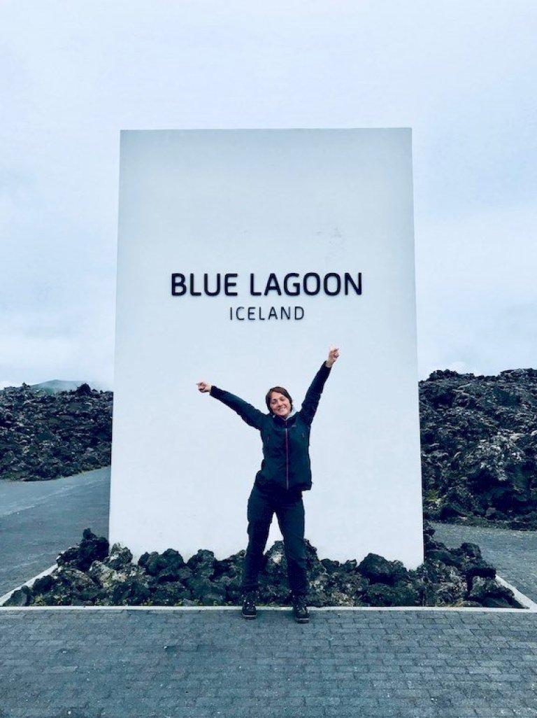 Hélène devant l'entrée du Blue Lagoon en Islande