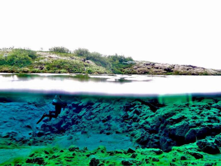 Plongeuse évoluant sous l'eau