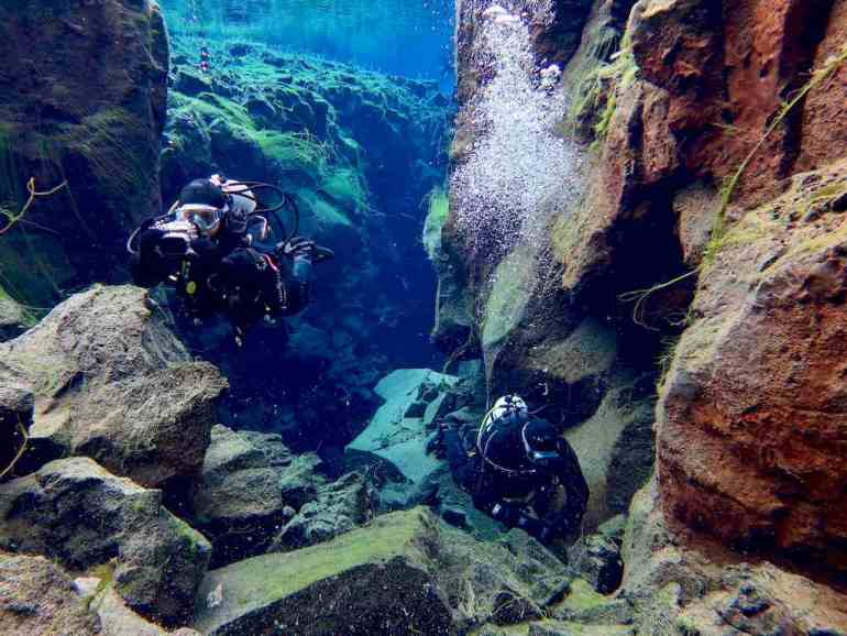 Deux plongeurs évoluant dans la faille de Silfra