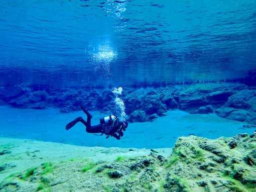 Un plongeur évolue dans la faille de Silfra en Islande
