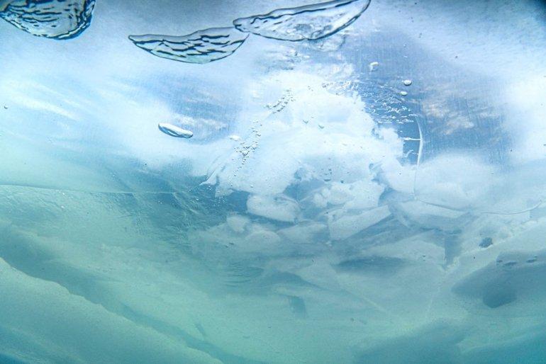 Les bulles s'échappent vers le trou dans la glace