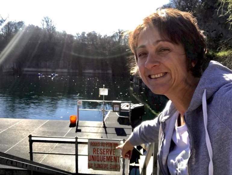 Hélène de Different Dive devant la ponton de la carrière de Vodecée.