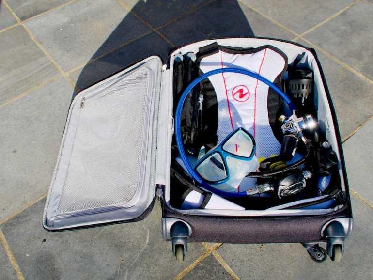 Le gilet Rogue rentre mis dans un bagage cabine avec un détendeur, un masque et un ordinateur