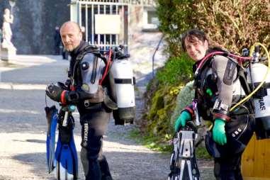 Un couple de plongeurs se dirige vers l'entrée de la carrière de Vodelée