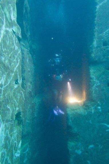 Un plongeur est dans une colonne de forage de marbre
