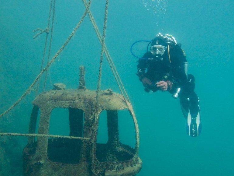 Hélène sous l'eau près d'une cabine de téléphérique de la carrière de Floreffe