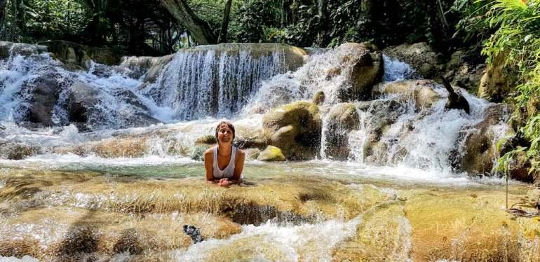 Hélène couchée dans l'eau aux Dunn'River Falls