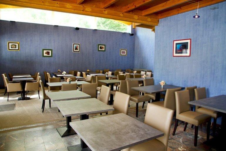 La salle du restaurant avec ses nombreuses places.