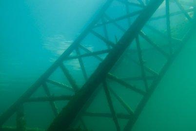 Une partie de la grue immergée dans l'eau