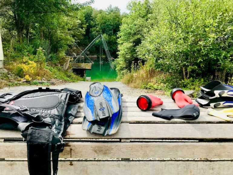 Le matériel égoutte sur le banc après la plongée dans la carrière