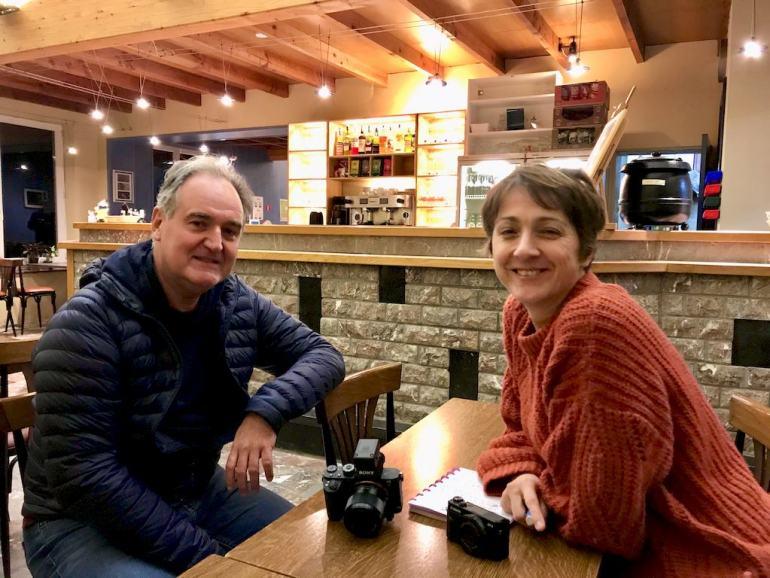 Laurent et Hélène attablés dans le club house de la carrière de Rochefontaine