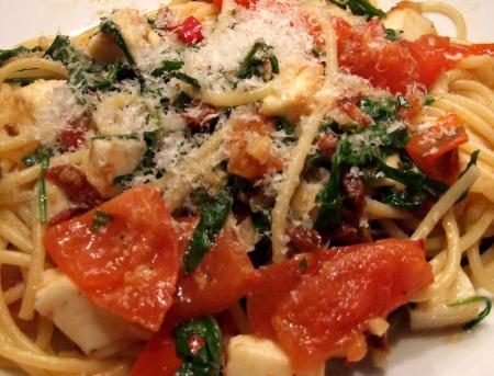 Spaghetti mit Tomaten, Rucola und Mozzarella