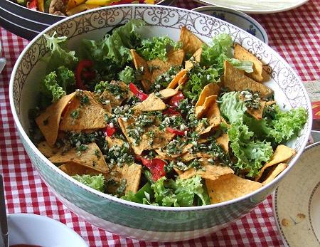 Mexikanischer Salat mit Tortilla-Chips und Kräutern