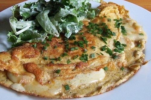 Käse-Omelette mit grünem Salat