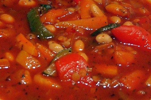 Tomaten-Paprika-Suppe mit weißen Bohnen und roten Linsen