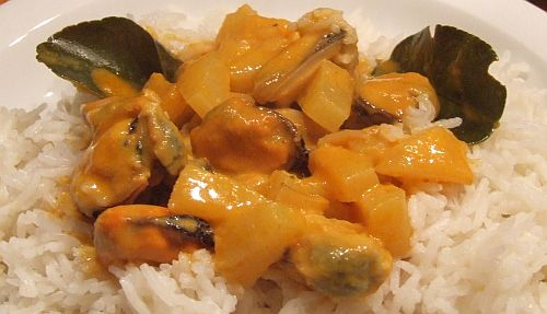 Rotes Thai-Ananas-Curry mit Muschelfleisch