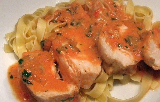 Hähnchenbrust mit Gorgonzola-Weißweinsosse und Tagliatelle