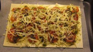 Blätterteig-Pizza mit Tomate Käse Oliven und Zwiebel (ungebacken)