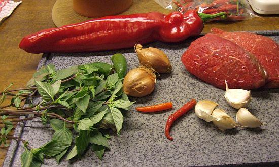 Zutaten für Hot Spicy Beef mit Paprika und Thaibasilikum