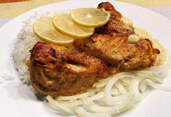 Foto: Portion Tandoori-Chicken mit Reis und Joghurtsosse