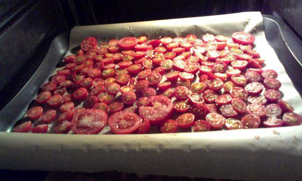 Foto: getrocknete Tomaten selbstgemacht: ab in den Ofen