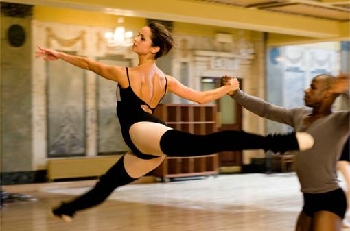 Chloe (SIANAD GREGORY) und Gabe (HUGO CORTES) beim Vortanzen.