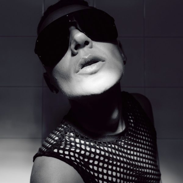 Tomboy Modell with short hair and luxury sunglasses. Fashion Par