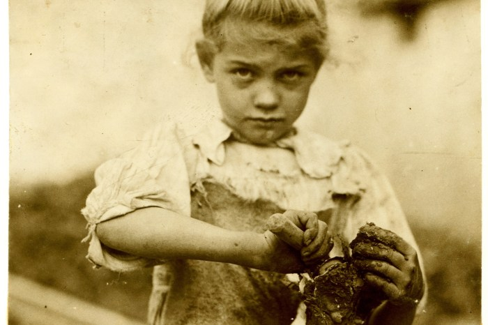 2Lewis_Hine,_7-year_old_Rosie,_oyster_shucker,_Bluffton,_South_Carolina,_1913.screen