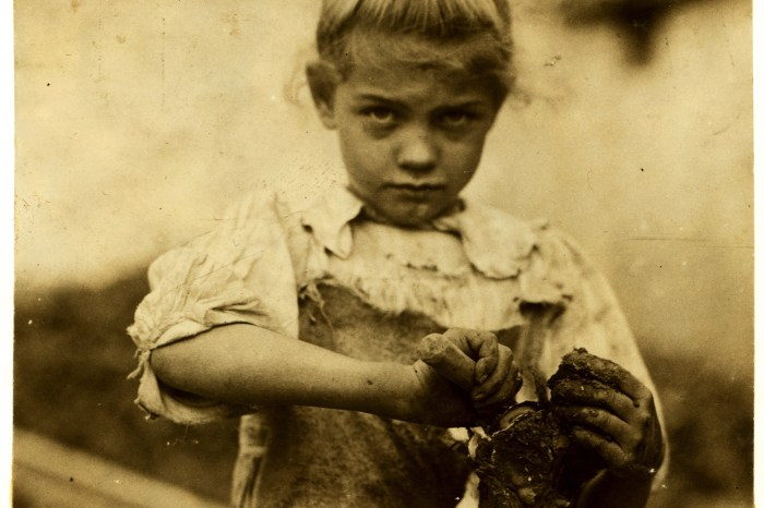 3Lewis_Hine,_7-year_old_Rosie,_oyster_shucker,_Bluffton,_South_Carolina,_1913.overlay