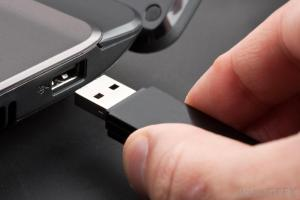 plugging-in-usb-drive