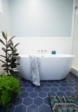 39 Stylish Hexagon Tiles Ideas For Bathrooms   DigsDigs navy hex tiles with white grout give a seaside look to the bathroom