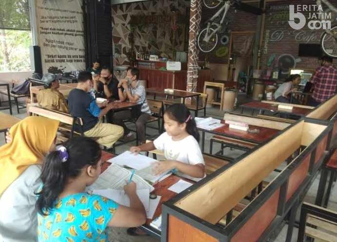 Akses Internet Gratis, Siswa Belajar dan Kerjakan PR di Warung Kopi