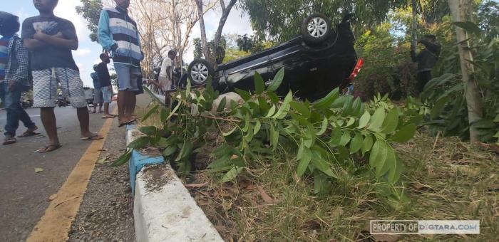 Sopir Mabuk, Mobil Penumpang Terbalik Tabrak Tiang Listrik