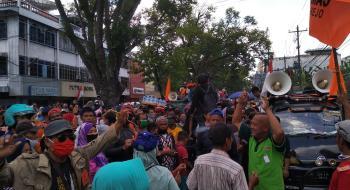 Demonstran Berjoget di Depan Kantor BPN Sumut