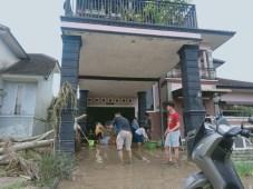 Pantau Banjir, Warga: Pak Gubernur Tolong Cari Keluarga Kami yang Hilang
