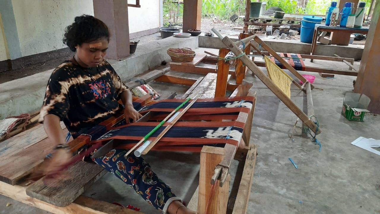 Ny Sariat Tolle, Mentor Tenunan yang Tidak Sekolah tapi Sudah Keliling Dunia