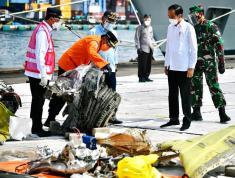 Jokowi Apresiasi Tim SAR Gabungan Evakuasi Pesawat Sriwijaya Air SJ182