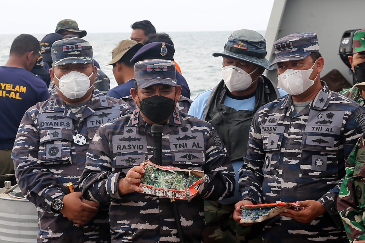 Hari Kesembilan Pencarian SJ 182, Tim SAR Gabungan TNI AL Serahkan Barang Temuan
